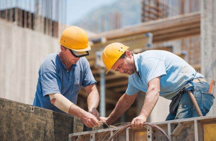 L'unità immobiliare costruita in sopraelevazione sul condominio deve essere demolita qualora sussista un rischio per la stabilità