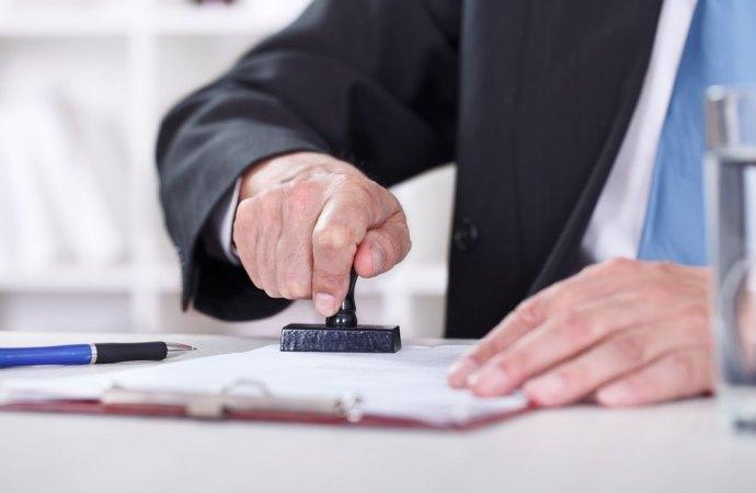 La trasmissione all'amministratore della copia del titolo di trasferimento di proprietà libera il condomino dal pagamento dei contributi condominiali