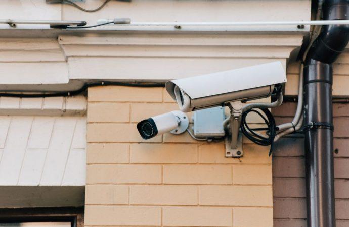 Esclusa la violenza privata per chi installa le telecamere nel muro perimetrale della sua casa, ma la normativa privacy si applica ugualmente