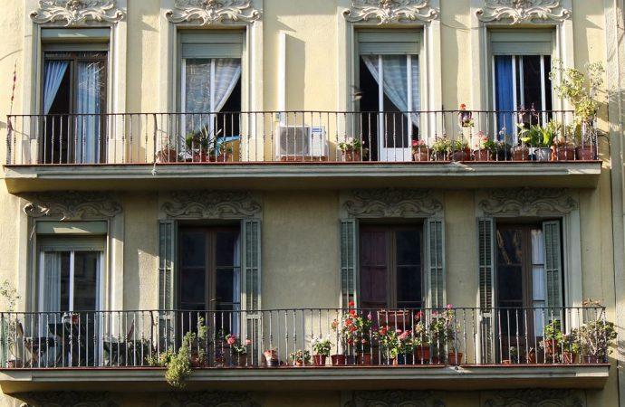Sostituzione ringhiere balconi in condominio, chi decide?