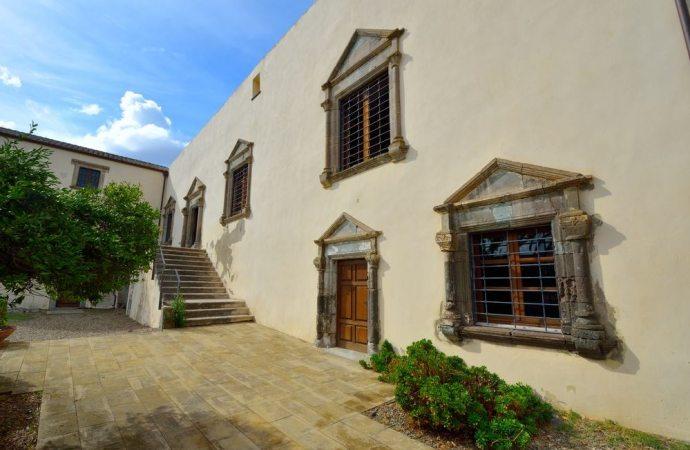 Villetta in un complesso residenziale e apertura varco nel muro perimetrale: quali limiti?