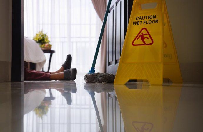 Cade nell'androne condominiale durante i lavori. Niente risarcimento alla condomina che non rispetta le transenne ed i cartelli di pericolo