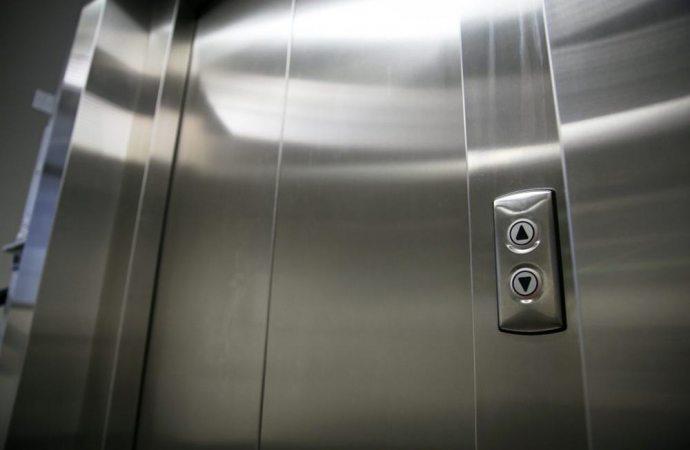 L'ascensore può realizzarsi in deroga alle distanze da pareti finestrate perché abbatte una barriera architettonica
