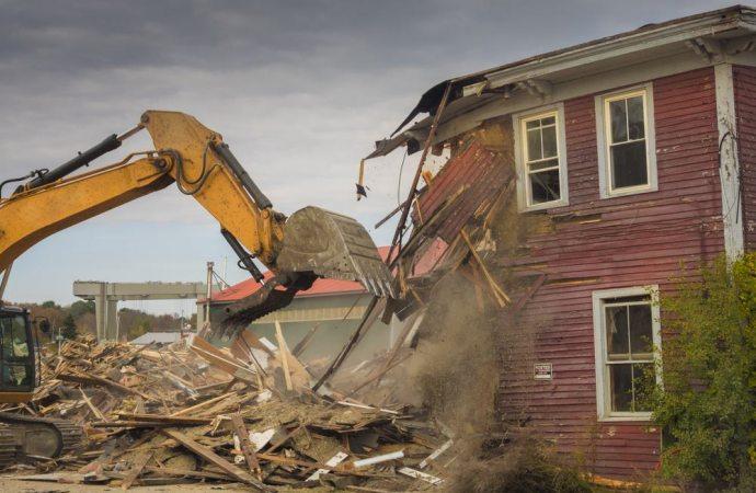 Può essere demolita una casa abusiva abitata da una persona anziana?