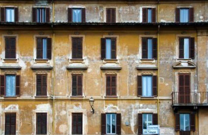 Occupare una casa per stato di necessità non è reato