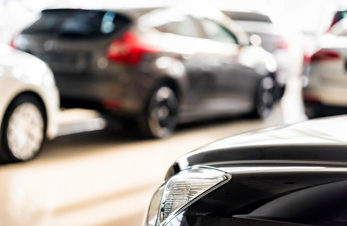 Il condomino-pubblico ufficiale parcheggia l'auto di servizio nel cortile condominiale: è peculato