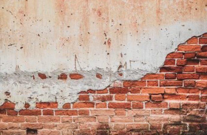 Distacchi di intonaco dai muri condominiali: la competenza è del TAR