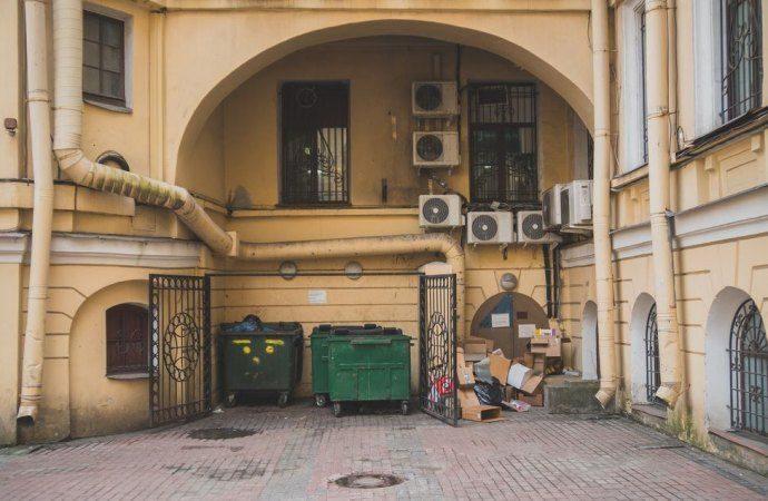 Valida la delibera che autorizza l'uso della colonna di scarico dei rifiuti ed il passaggio di tubi del gas sulla facciata