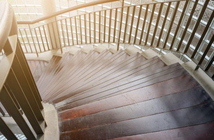 Non è colpevole di lesioni l'amministratore che non fa installare un corrimano sulle scale condominiali