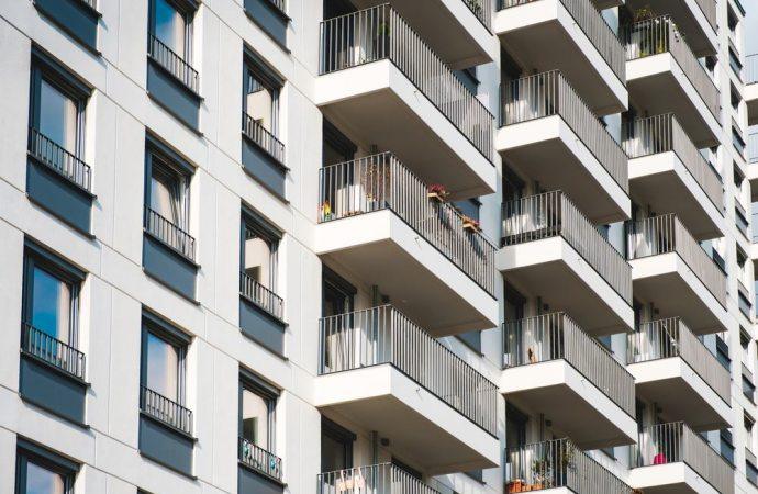 Balconi aggettanti: quando rientrano nelle parti comuni dell'edificio?