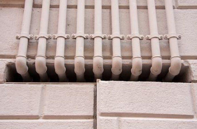 Installazione tubi dell'acqua sul muro comune: quali limiti?
