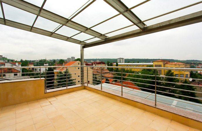 Chiusura di un terrazzo con pannelli trasparenti frangivento