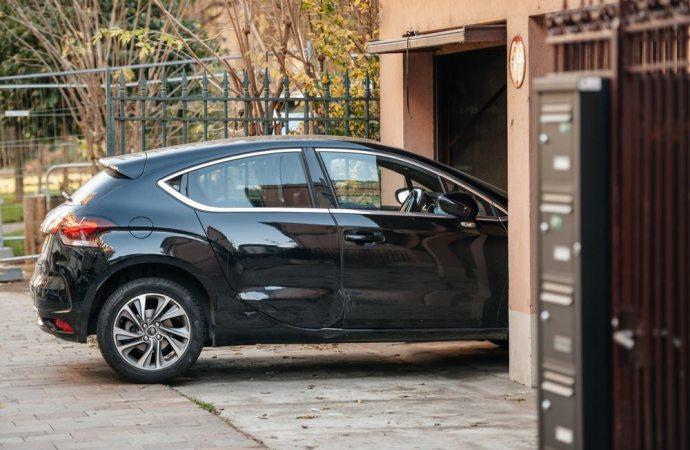 Il posto auto nel cortile condominiale non può (sempre) essere trasformato in un garage privato