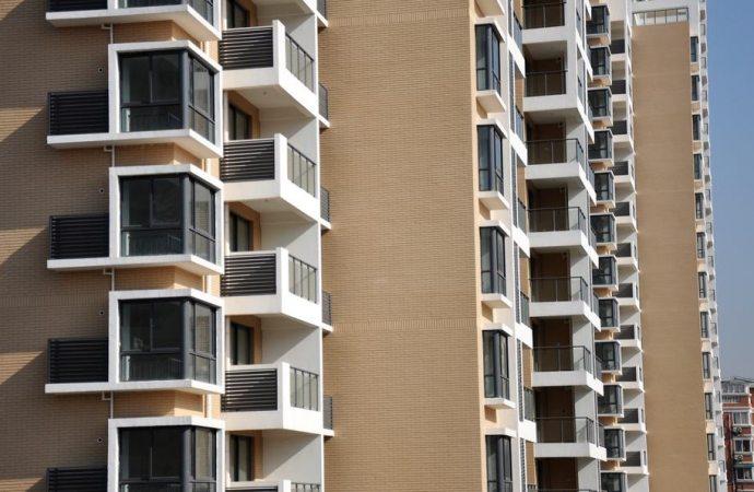Ringhiere e divisori dei balconi: quando sono comuni?