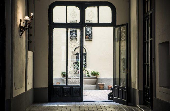 Portico condominiale: si può chiudere?