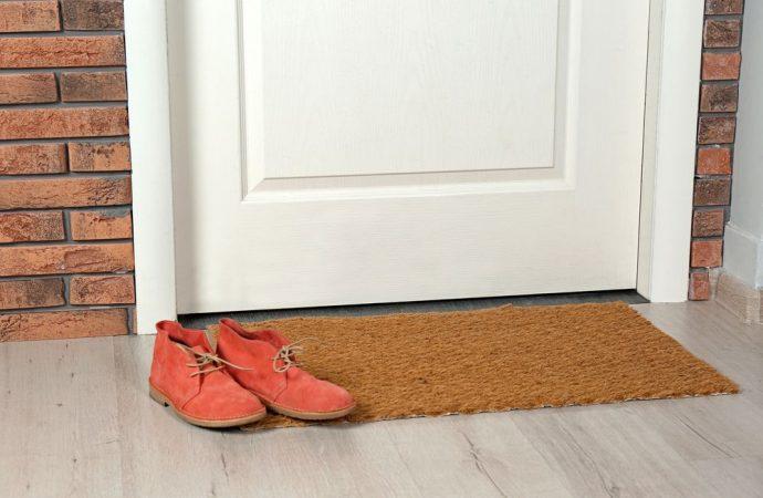Scarpe fuori dalla porta in condominio