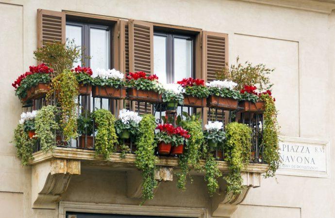 Siepe sintetica sulla ringhiera del balcone