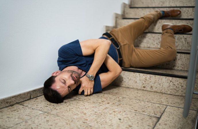 Risarcimento per caduta dalle scale, perché chi abita nel condominio ha meno possibilità?