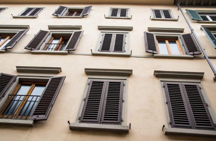Per le liti aventi ad oggetto l'osservanza del regolamento condominiale è sufficiente una delibera a maggioranza semplice