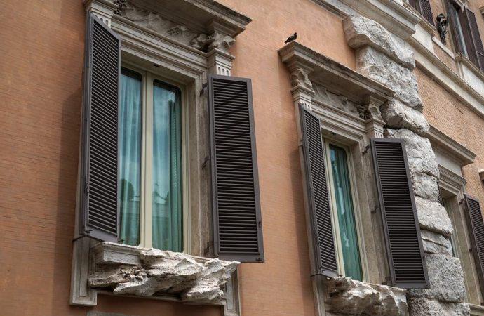 Chiusura balcone con pergole frangivento