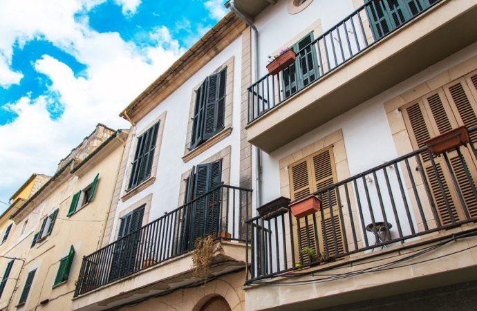 Balconi: le semplici ringhiere in ferro non incidono sul decoro