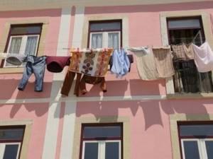 Panni stesi ad asciugare? Come far rimuovere lo stenditoio al vicino