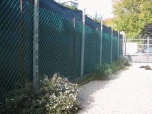 Installazione telo verde per la privacy: apposizione del vicino legittima