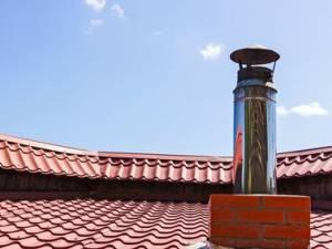 Stop alla canna fumaria anche se il regolamento comunale che dispone l'altezza minima  risulta successivo alla costruzione.
